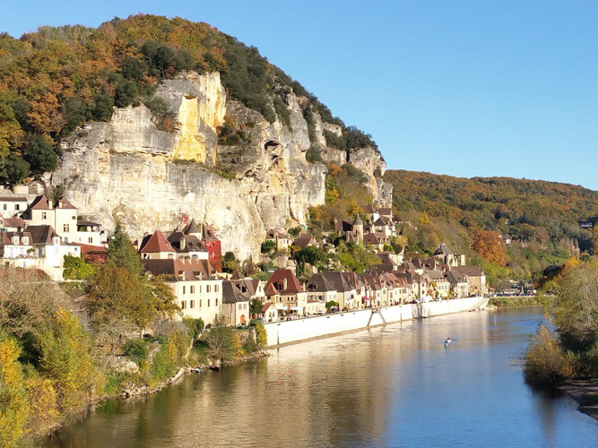 La Roque Gageac is an easy walk across the fields from Castelnaud.  A lovely picturesque village with shops and restaurants and the boarding place for a trip on the river in a gabarre.